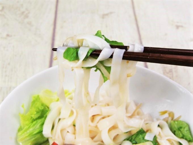 箸ですくった「冷しトムヤムフォー」の画像