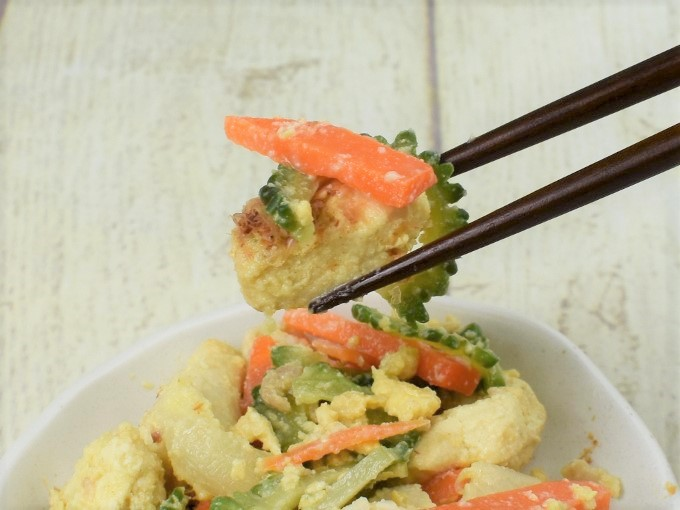 箸ですくった「旬を味わうゴーヤチャンプルー」の画像