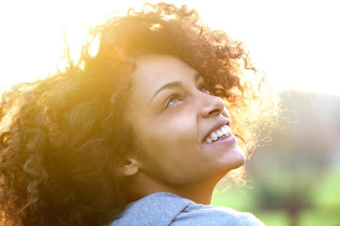 幸せそうに微笑む女性の画像