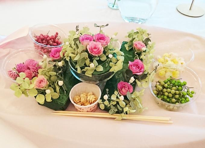 花と緑が盛り付けられている写真