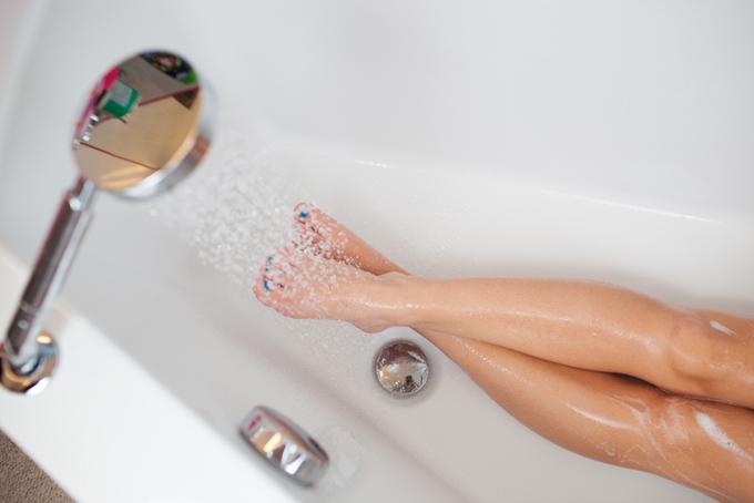 シャワーで足を温めている