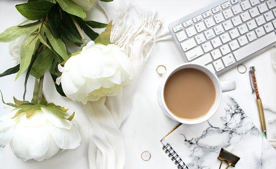 パソコンの近くにコーヒー