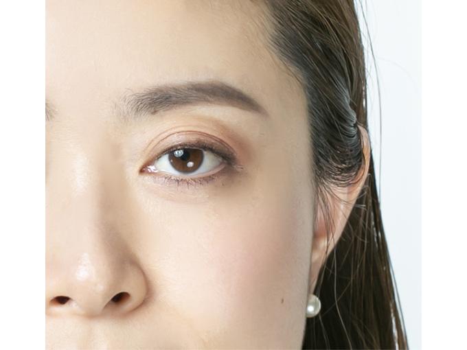 眉が完成した女性の顔の左上部分の画像