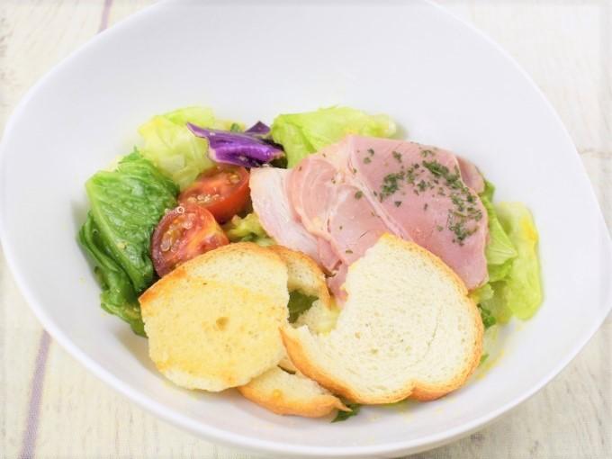 お皿に盛った「バゲットサラダ(すりおろし人参ドレッシング)」の画像
