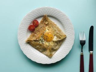 卵とソーセージのガレット
