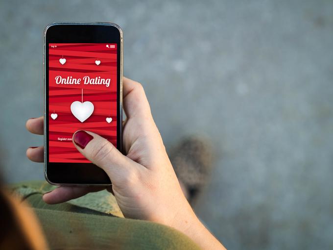 携帯電話でマッチングアプリを利用