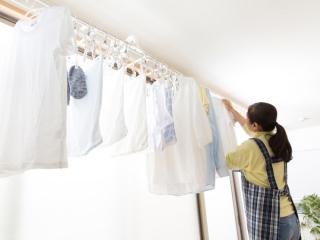 部屋に洗濯物を干している
