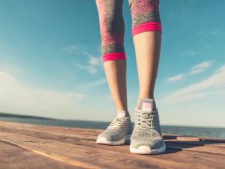 女性の足もとの画像