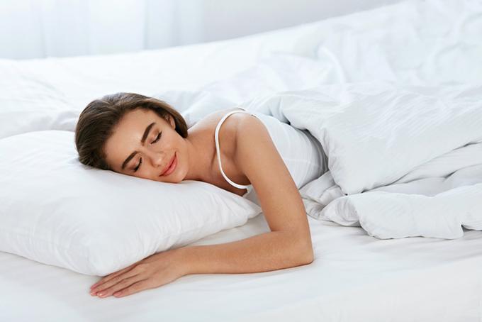 いいマットレスで気持ちよく眠る女性