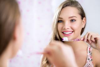 歯磨きをする女性の画像