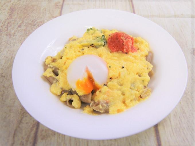 お皿に盛った『玄米パスタの明太カルボナーラ」の画像