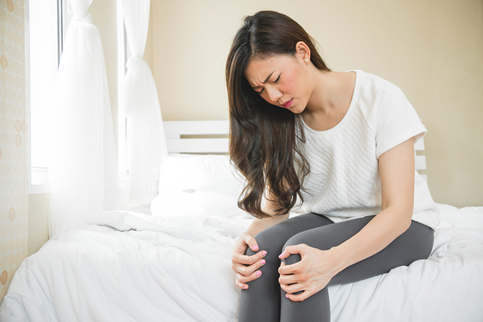 ひざを押さえている女性の画像