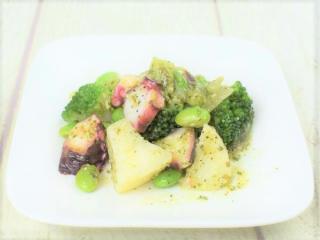お皿に盛った「たことブロッコリーポテトのバジルソース」の画像