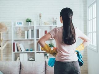 ゴム手袋をしている女性の後ろ姿の画像