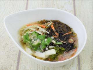 もずくも春雨もみ~んなツルツル♡ だしのきいた和風つゆで味わうセブンの「沖縄県産もずくの春雨つるりんサラダ」