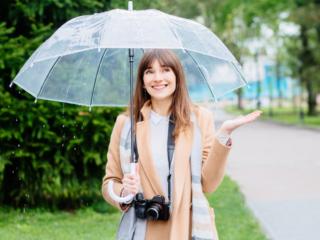傘をさしている女性の画像