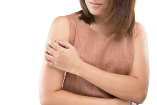 二の腕を触っている女性