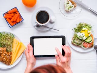 食事を記録している手もとの画像