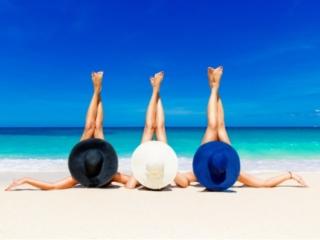 ビーチで美脚を披露する女性たち
