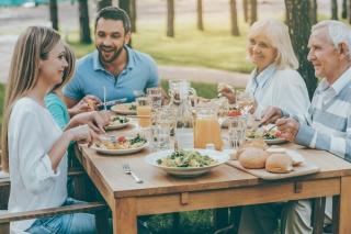 家族で食事をしているイメージ画像