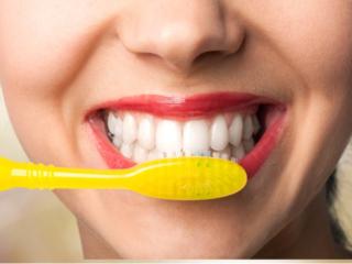 歯磨きして健康な歯を保つ女性