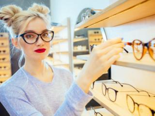 メガネを選んでいる女性の画像