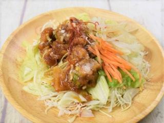 お皿に盛った「油淋鶏のサラダ」の画像
