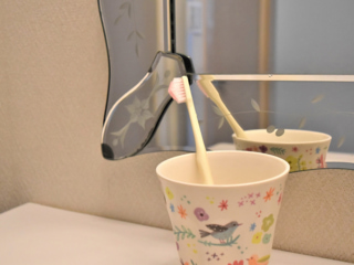 コップに入った歯ブラシの画像