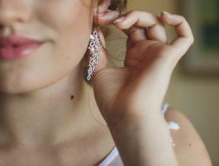5〜7月生まれの8月は、金運が最高の月。長めのイヤリングをつけると運気向上