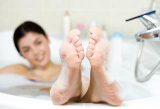 入浴している女性の足裏
