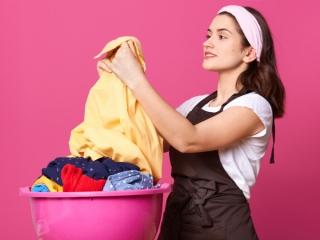 洗濯物を持っている女性の画像