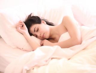 不規則生活による「無自覚夜ふかし」は美肌の大敵! 7日後の美肌を育てるカギは「睡眠の質」にあり