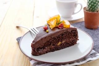 オレンジがのったチョコレートケーキ