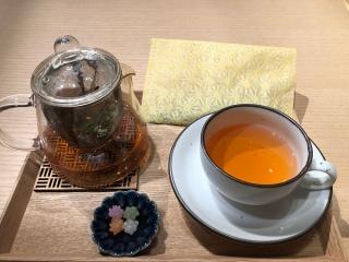 神田明神のカフェで提供されているクロモジ茶