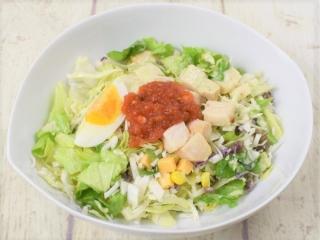 お皿に盛った「12品目のチョップドサラダ」の画像