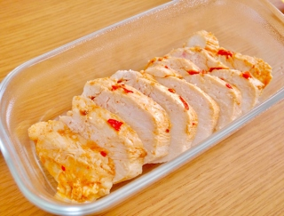鶏むね肉でヘルシー&高たんぱく!「ピリ辛手作りサラダチキン」