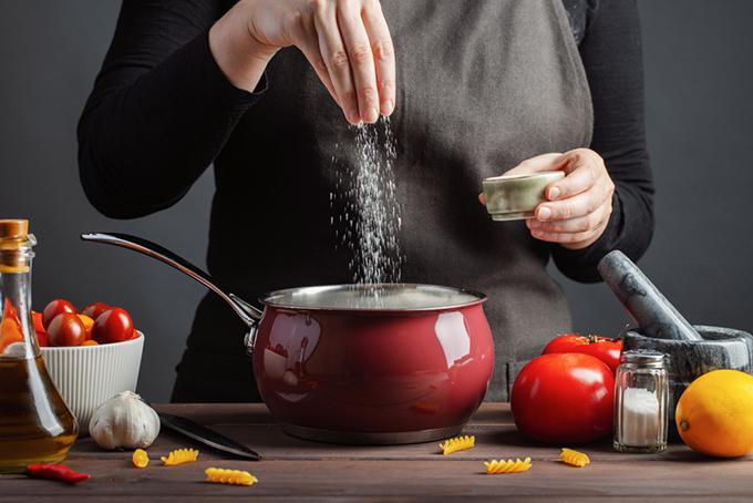 鍋に塩を入れているイメージ画像
