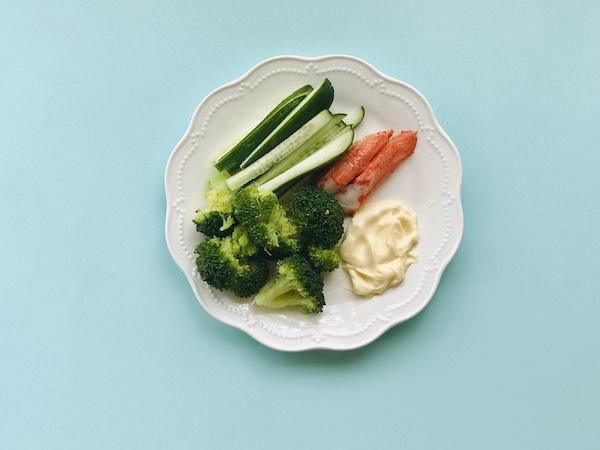 お皿に盛った野菜とルシューのマヨネーズ