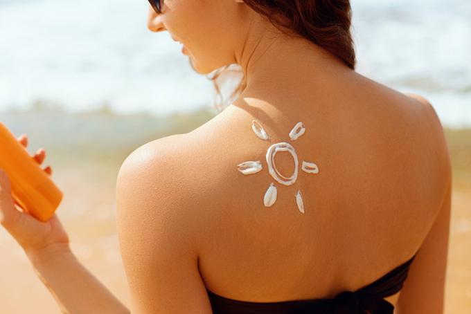 日焼け止めを背中に塗った女性