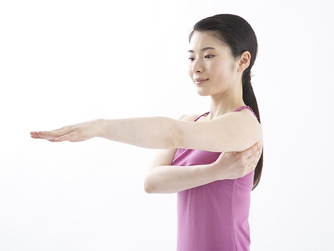 片方の腕を肩の高さに上げてまっすぐに伸ばす写真