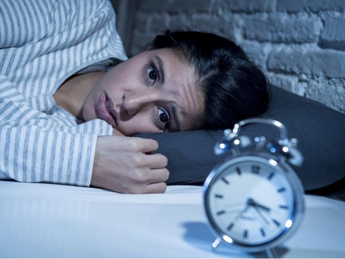 深夜を過ぎても寝つけない女性