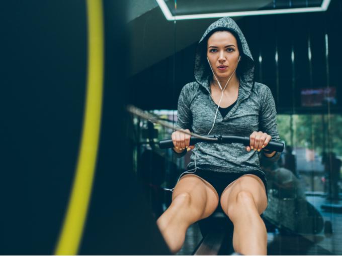 スポーツジムで体を動かす女性