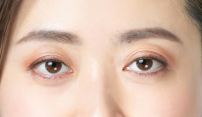 眉メイクの完成した女性の顔の上半分の画像