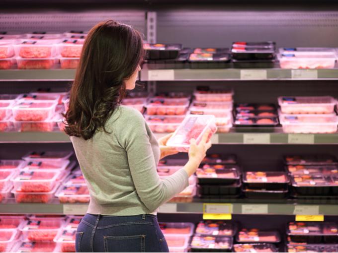 スーパーでお肉を選ぶ女性