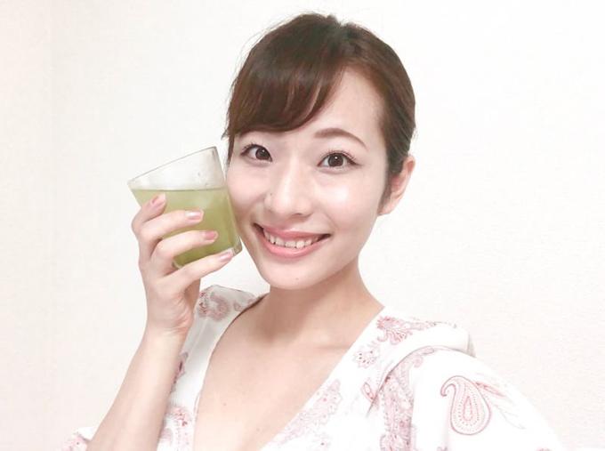 緑茶を片手に持つ佐藤晴菜さん