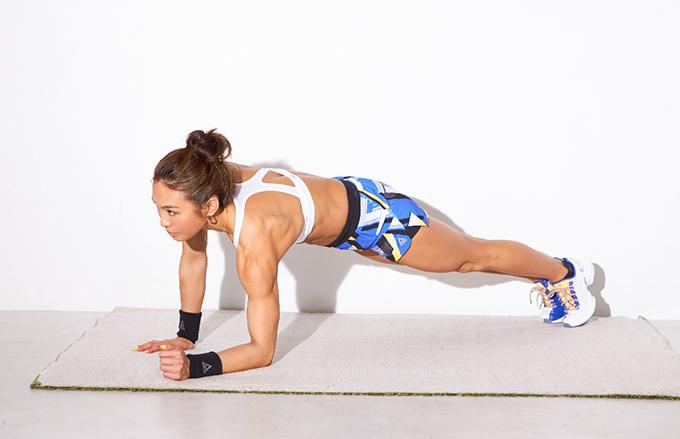 腕立て伏せの姿勢から左ひじを床につく