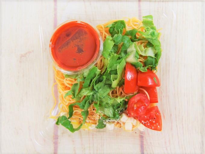 蓋を開けた「冷たいパスタトマトとクリームチーズ」の画像