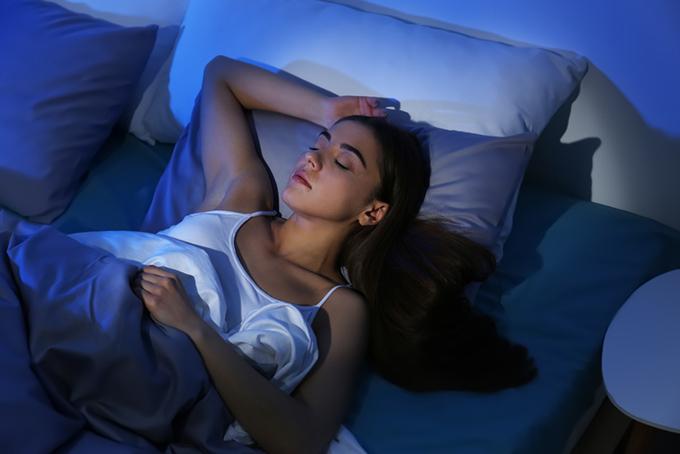 暗い中で眠る女性