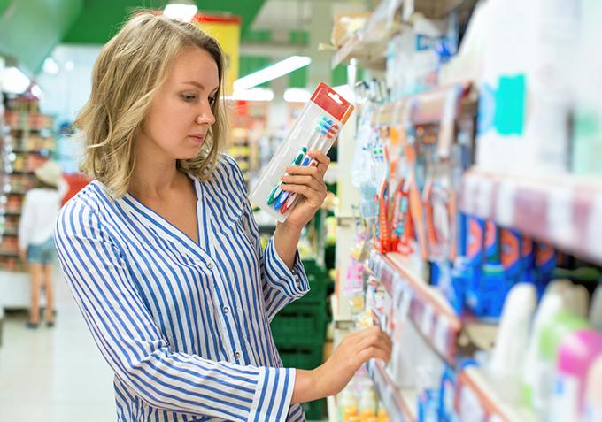 歯ブラシを選ぶ女性の画像