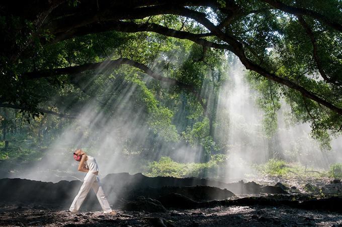 森林でヨガをする女性